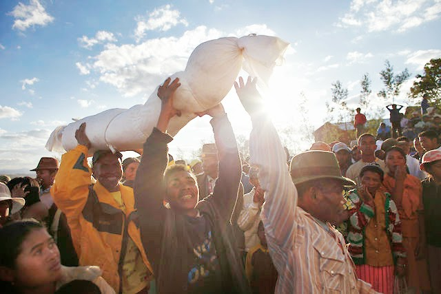Cultura E Costumi Africani, Il Famadihana: La Morte In Madagascar Si Festeggia